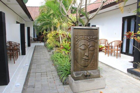 Legian Guest House Bali: Entrée du complexe