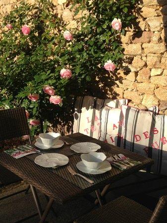 Le Val de Brangon: Petit déjeuner au soleil parmi les roses