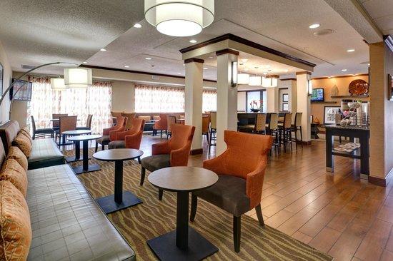 Hampton Inn Manhattan: Breakfast Area Seating