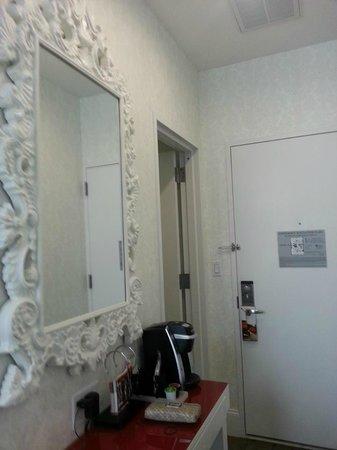 Hotel Indigo : Love this mirror.