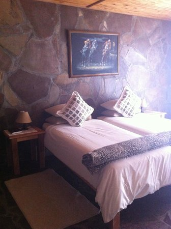 Betesda Lodge & Camping: twin beds in our room
