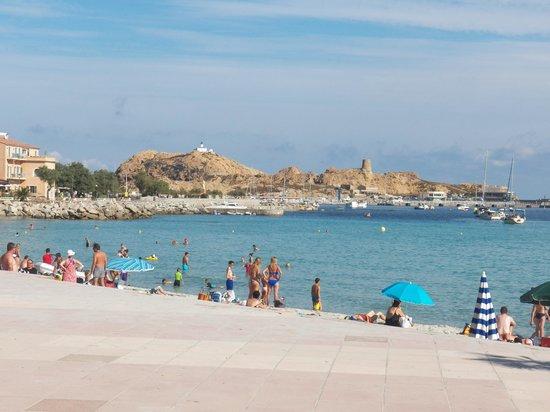 Ile Rousse, France: Depuis la plage au loin le phare !!!