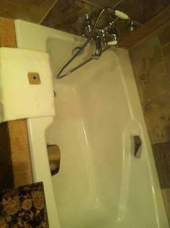Four Seasons Resort and Residences Whistler: Soaker tub.