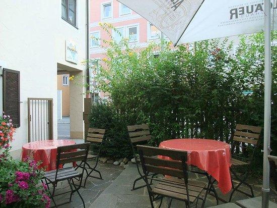Barcelona Tapas Bar: Eingang Garten