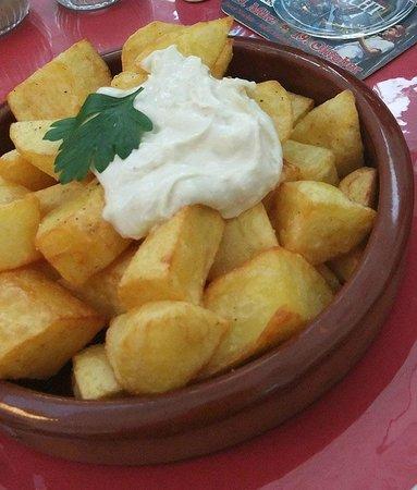 Barcelona Tapas Bar: Kartoffelecken mit Knoblauchdip