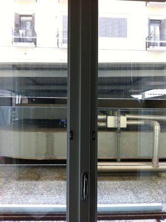 Hotel Oriente: La finestra della camera si affacciava su motori