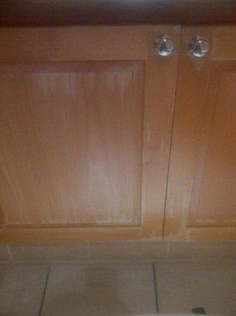 Protea Hotel Johannesburg Balalaika Sandton: Old and worn cupboards in bathroom