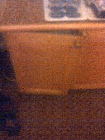 Protea Hotel Johannesburg Balalaika Sandton: Broken cupboard in room