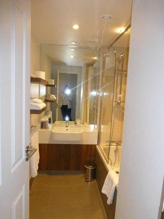 Citadines South Kensington: Salle de bains, baignoire, seche cheveux fourni