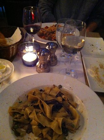 Il Matto: Table bien rempli pappardelles et spaghetti aux palourdes