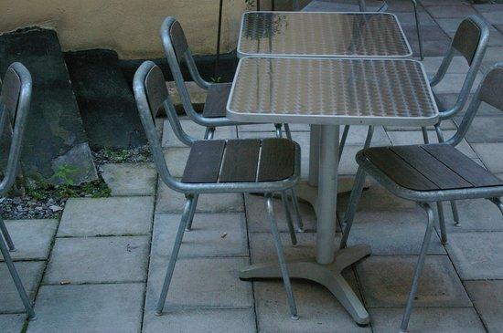 Anno 1647 : particolare tavoli e sedie