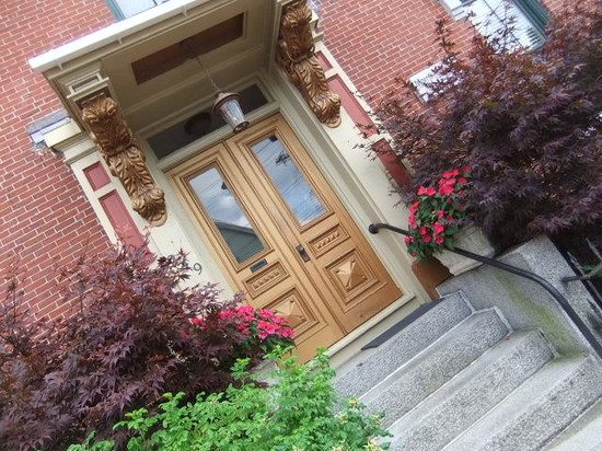 Morrill Mansion Bed & Breakfast: Entrance