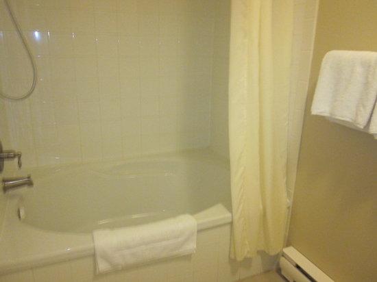 Auberge Motel Le Pigeonnier : King room bathtub