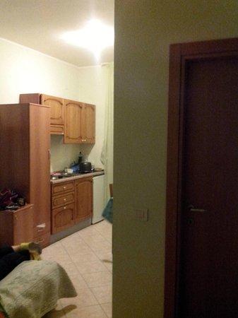 Hotel Il Casale: гостинная,кухня и дверь в ванную