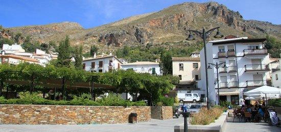 Guejar Sierra, Spain: Parque infantil y entorno de la HACILLA