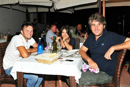 Agriturismo Le Contesse My Italian Country House: Con le gambe sotto il tavolo...che si mangia!