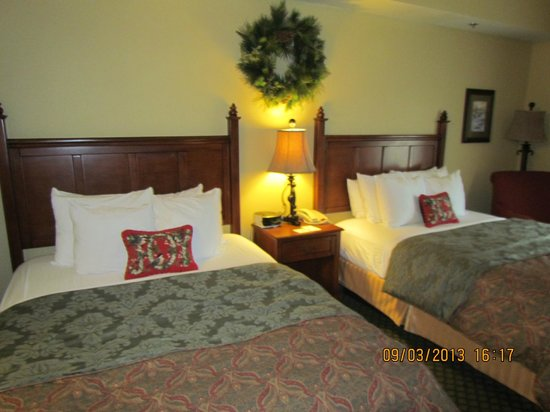 The Inn at Christmas Place: 2 Queen Beds, Room #418