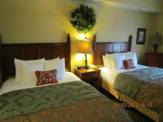The Inn at Christmas Place: 2 Queen Beds (Heavenly Night Sleep), Room #418