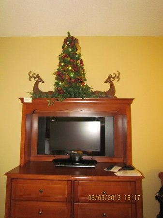 The Inn at Christmas Place: TV with DVD Player and Christmas Tree, Room #418