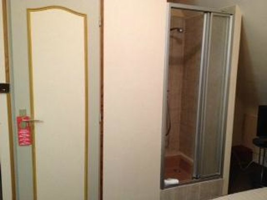 Hotel le Relais du Vignoble : douche chambre économique