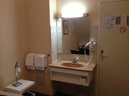 Hotel le Relais du Vignoble : lavabo dans chambre éco