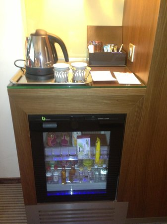 Crowne Plaza Montpellier - Corum: Mini bar in the room