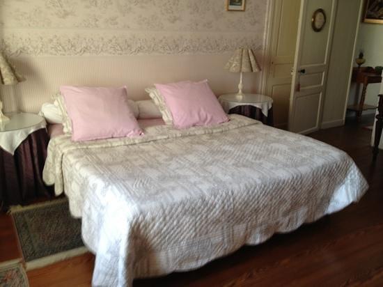 Hotel de Sainte Croix: letto matrimoniale