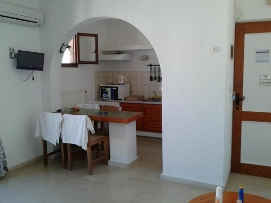 Mantraki Apartments : Kitchen with breakfast bar