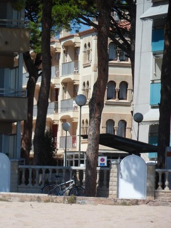 Esmeralda Apartments: The hotel froom the beach