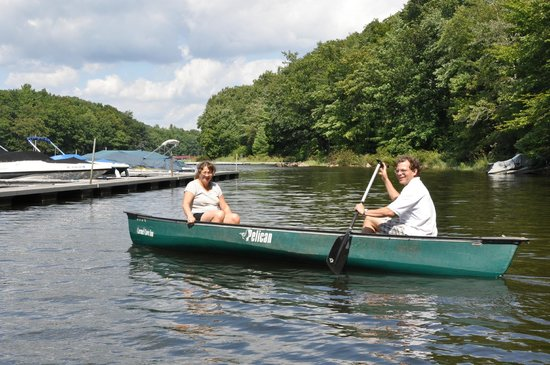 Carmel Cove Inn at Deep Creek Lake : The canoe is a great way to explore the lakefront