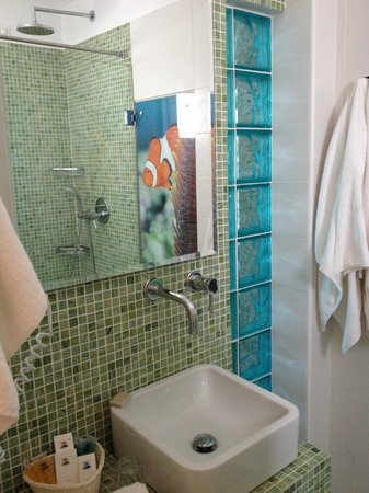 Poseidon Hotel - Suites: Renovated bathroon