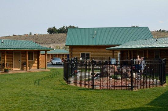"""Cody Cowboy Village - Hot Tub - Bereich von """"hinten"""" in Richtung Eingang"""