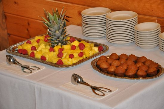 Carmel Cove Inn at Deep Creek Lake: Fruit and bread for breakfast sides