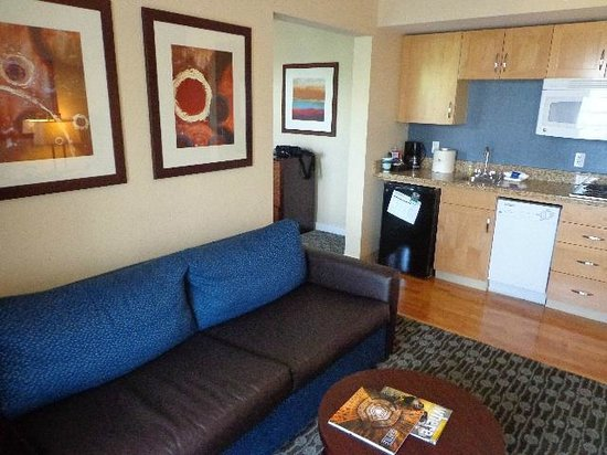 Homewood Suites by Hilton Seattle-Conv Ctr-Pike Street: Sofa & full kitchen in separate room