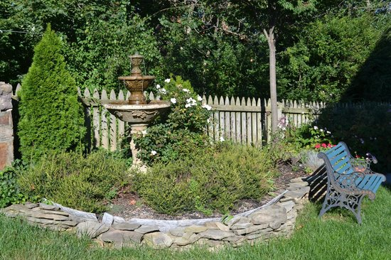 Tree Streets Inn : Fountain in the rear yard