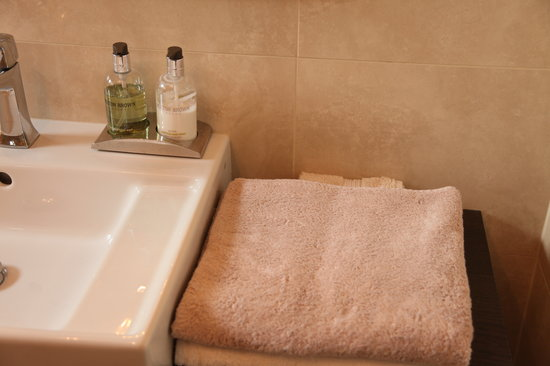 Number Ten B&B: Separate shared bathroom with single room