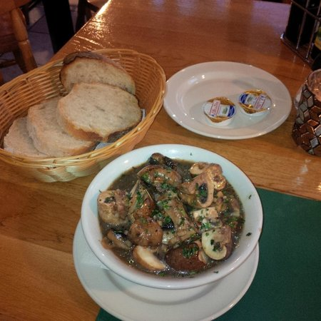 Ir Rokna Restaurant and Pizzeria: Tasty starter - mushrooms in garlic sauce with free bread