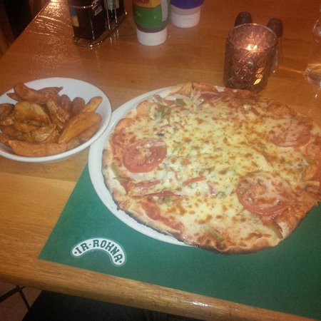 Ir Rokna Restaurant and Pizzeria: Tasty pizza and wedges