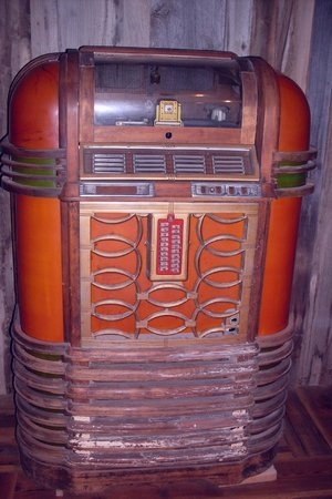 Murphy's Pub & Grill: Jukebox older than I am
