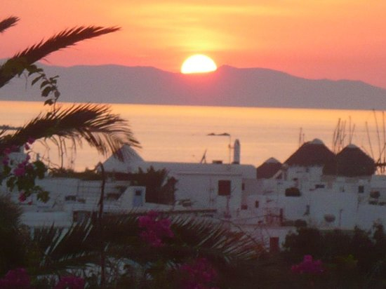 Rochari Hotel: sunset view showing the old town of mykonos