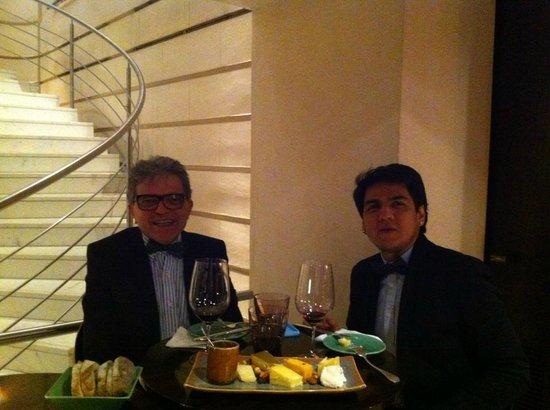 Duhau Restaurante & Vinoteca: Bons queijos acompanhados por um bom vinho.