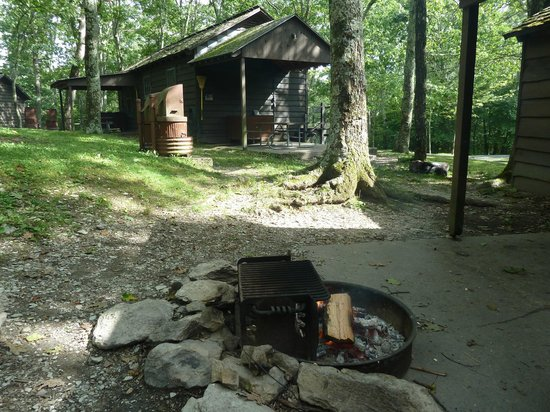 Lewis Mountain Cabins: zicht vanuit het terras opzij