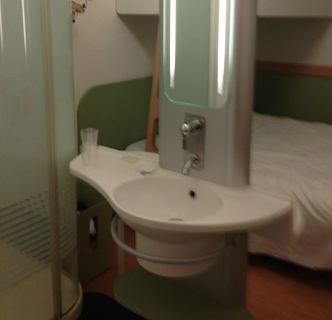 Ibis Budget Bordeaux Aeroport: Basin in open room concept