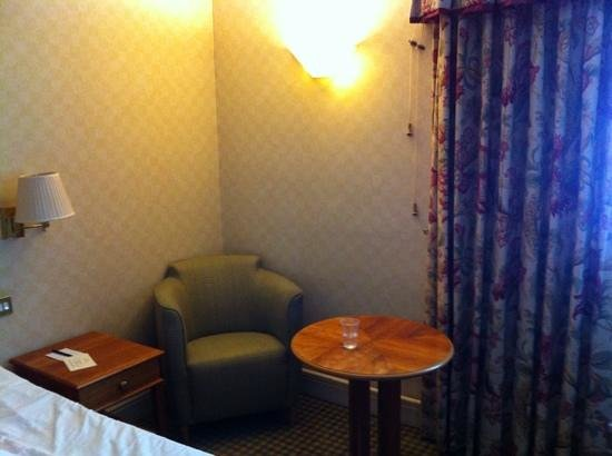 Apollo Hotel Basingstoke: Heavy duty curtains but from what era?