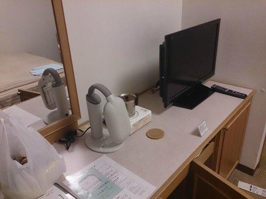 Forest Hongo: TVも薄型※左はお願いして用意してもらった電気スタンド