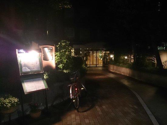 Forest Hongo: 夜9時くらいの写真ですが、住宅街とあって証明は抑え目、あまり目立ちません