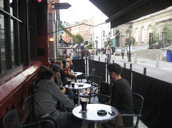 Grogan's Castle Lounge: Outside seating