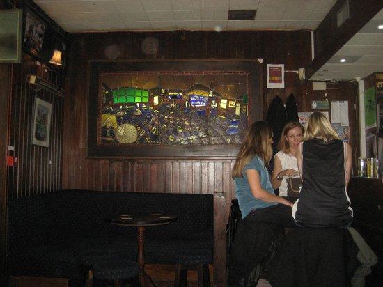 Grogan's Castle Lounge: Having a chat!!
