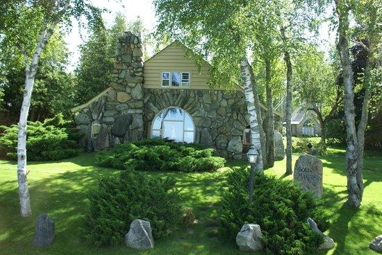 Mushroom Houses of Charlevoix: Mushroom House Charlevoix Boulder Manor