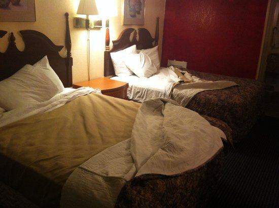 Americas Best Value Inn South Hill: Exactly how we found the room...beds not even made (let alone clean)